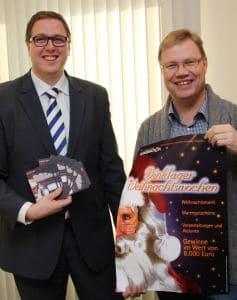 Freuen sich auf die Verlosung: Christian Morthorst (links, OLB) und Autohändler Markus Ruhe Foto: OV/Harding Niehues