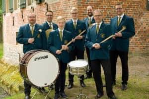 Schlagzeugregister (v.l.): Michael Hellbernd, Daniel Lögering, Mattis Ruhe, Jannes Ruhe, Norbert Hartong, Stefan Tepe und Andreas Nuxoll