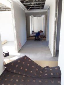 Verlegung des eigens angefertigten Teppichbodens. Foto: Bornhorst