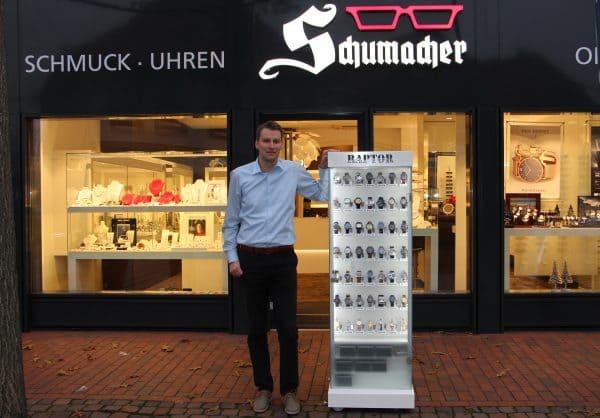 Mit beleuchtetem Außenständer: Uhren/Optik/Schmuck Schmacher holt Kunden bereits auf der Straße ab