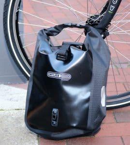 """""""Sport-Roller Classic"""" ist eine klassische Packtasche, die dank ihrer Größe nicht nur am Hinterradgepäckträger befestigt werden kann, sondern auch für Lowrider-Gepäckträger am Vorderrad geeignet ist. Auch am Kinderrad kann die Radtasche verwendet werden."""