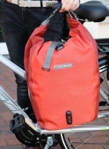 """""""Back-Roller Plus"""": Stabile Hinterradtasche aus abriebfestem Cortura-Gewebe mit Schultergurt."""