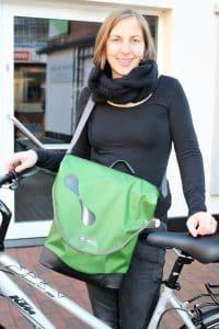 """Der """"City-Biker"""" ist eine praktische Umhängetasche im Hochformat, die sich dank des Quick-Lock-Halterungssystems einfach am Gepäckträger befestigen lässt."""