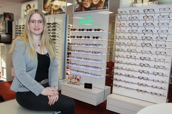 Silke Hanken präsentiert coole Messeneuheiten auf Brillenmarkt bei Augenoptik und Hörsysteme Weiss