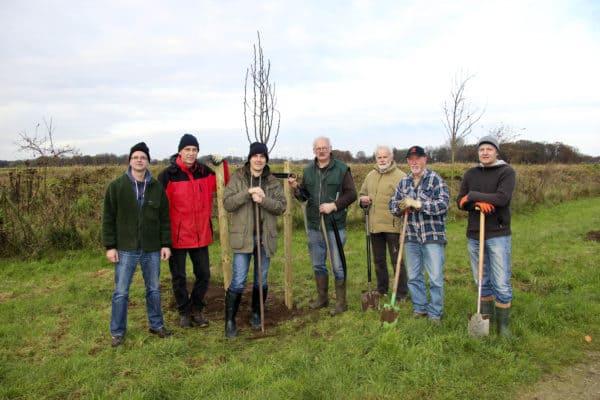 Zwölf Obstbäume im Mühlenbachtal gepflanzt: NABU und Stadt greifen Vorschlag von Rainer Buske auf