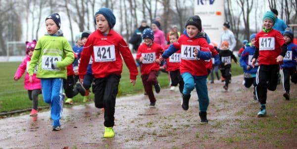 Nieselregen schreckt die Läufer nicht ab – Schlechtes Wetter, aber gute Stimmung beim 16. Adventslauf in Dinklage / Lohner Triathleten feiern drei Siege