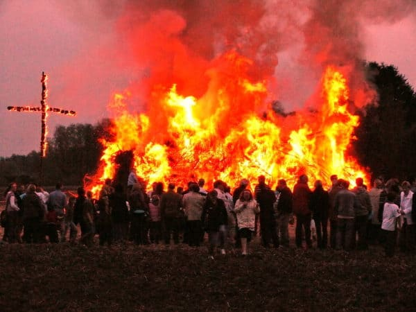 Osterfeuer an der Schweger Mühle