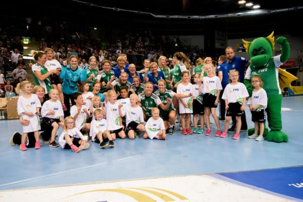 Handball-Minis des TV Dinklage als Einlaufkinder bei den Großen des VfL Oldenburg