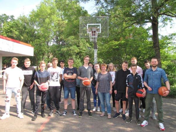 """Schülerfirma """"D-Town"""" spendiert neue Basketballkörbe"""