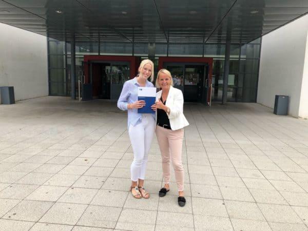 LVM-Versicherungsagentur Karin Möllers gratuliert Pia Barklage ganz herzlich zur bestandenen Abschlussprüfung